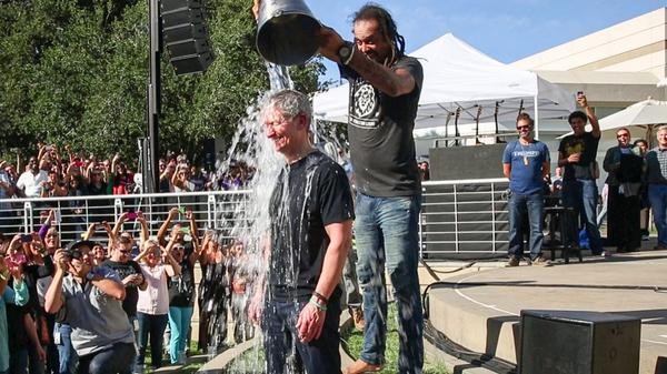 Apple's Tim Cook doet Ice Bucket Challenge